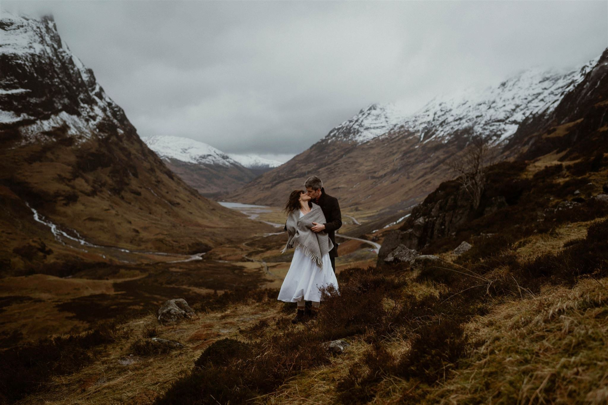 romantic kiss in Glencoe